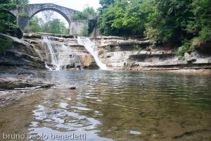 cascata della brusia in romagna con ponte di sassi